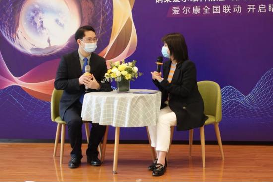 重庆爱尔眼科医院(总院)院长陈开建(左)术前接受采访