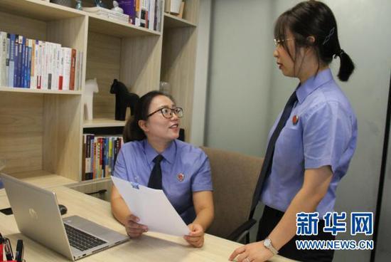 图为江北嘴金融检察办公点办案团队在研究案情。新华网 发(彭章林 摄)