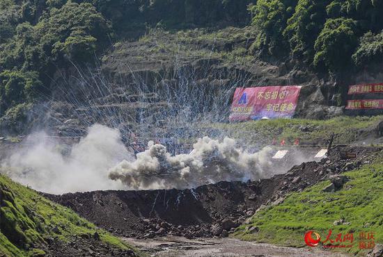 堰塞湖爆破。曾英豪 摄