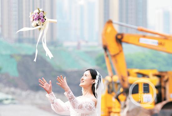 铲车挖机作证 他们在工地上举行婚礼