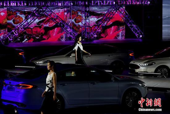 """重庆江滨广场上演""""车灯秀"""" 八台汽车车灯照亮T台吸睛"""