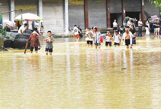 七月五日,酉阳大溪镇大拱桥头低洼地段被淹,村民出行受阻。 通讯员 陈碧生 摄