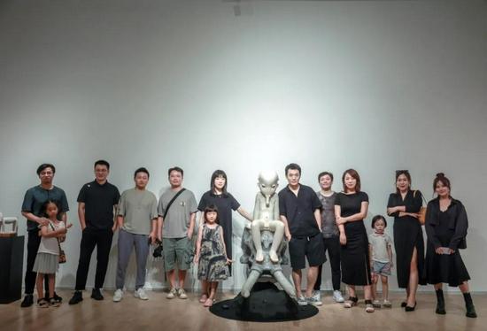 ArtDepot艺术仓库运营总监陶赛舟、艺术家胡有辰与友人合影