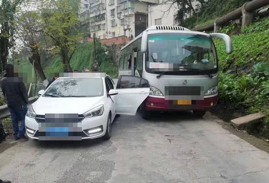 兴隆公巡大队依法处置一起因开车门引发的交通事故。渝北区交巡警支队供图