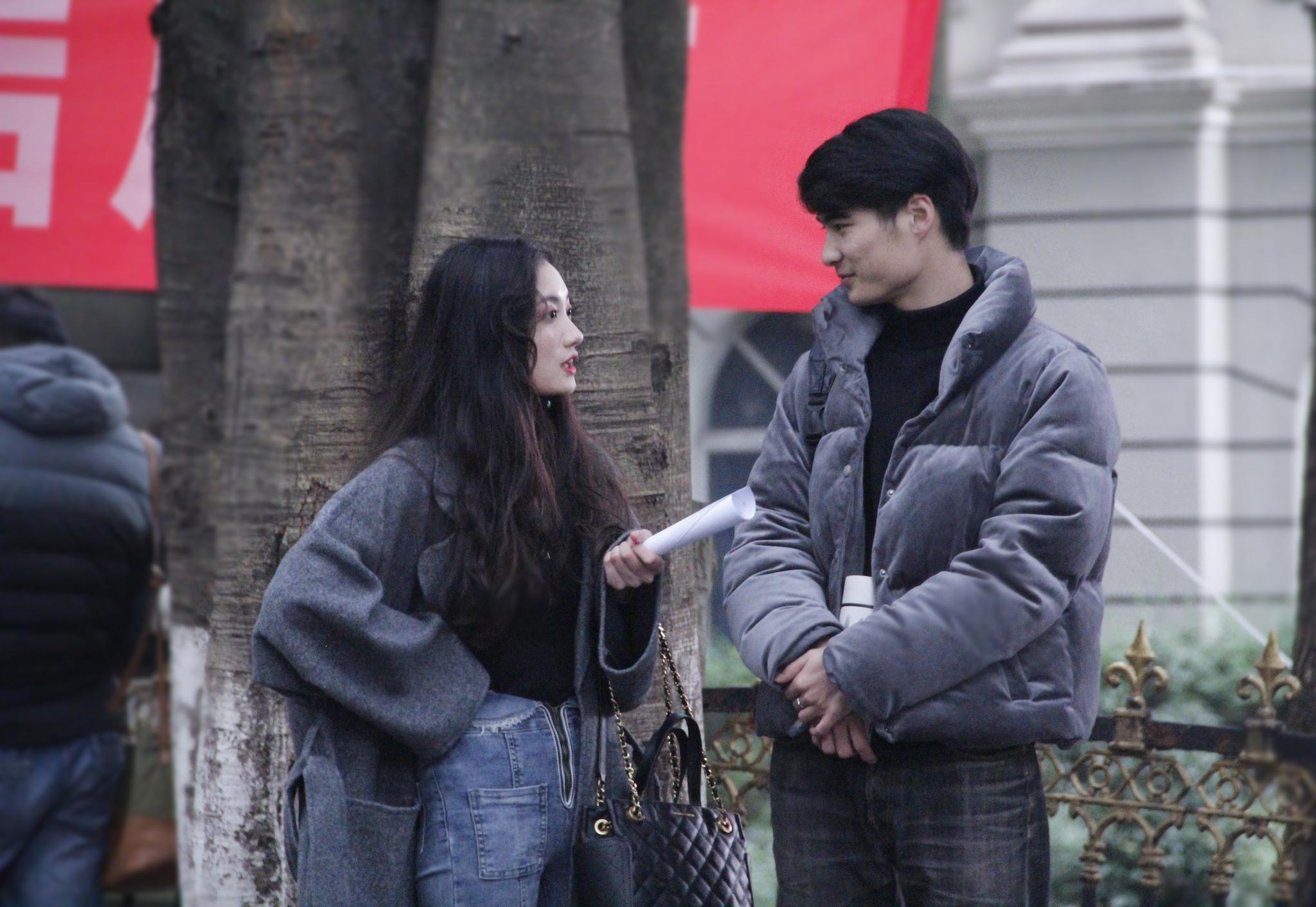 重庆在寒风中迎来艺考 俊男美女扎堆重庆大学