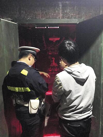 民警来到位于大学城的龙湖U城某密室逃脱游戏室现场了解情况。