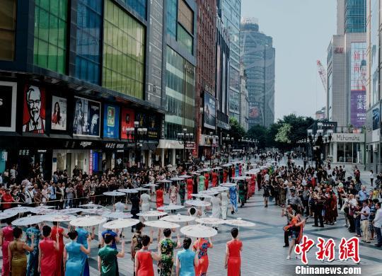 """400余人重庆解放碑玩""""快闪"""" 美女穿旗袍走秀"""