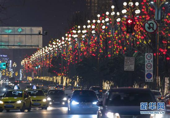 重庆主城迎春灯饰纷纷点亮 璀璨灯火散发迷人魅力