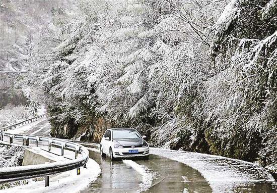 4月5日,一辆汽车行驶在巫溪红池坝景区公路上。当日,巫溪县海拔1300米以上地区下起了大雪。通讯员 李美华 李培烈 摄