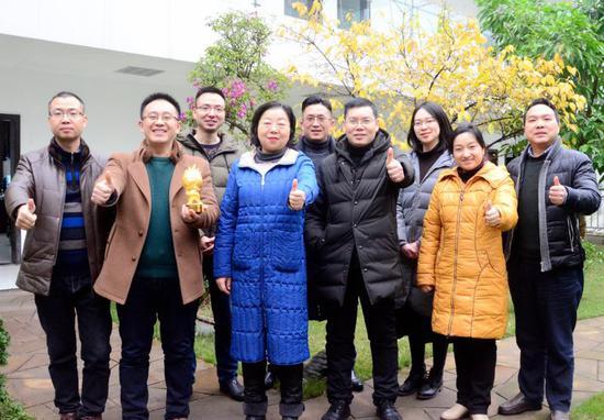 图为忠县县委宣传部代表领奖合影