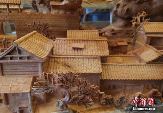 重庆男子在崖柏上雕刻《清明上河图》 场景栩栩如生
