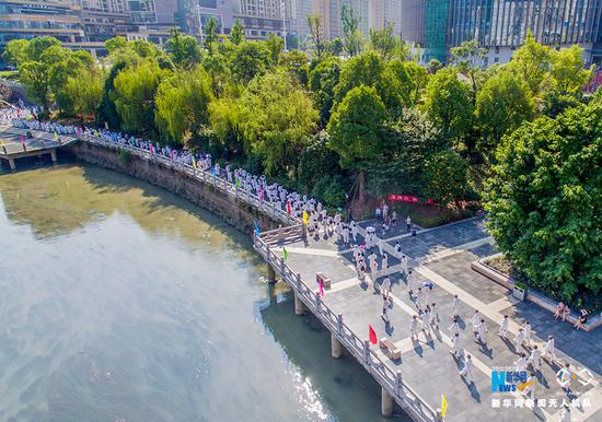 无人机航拍重庆万人健步走 场面壮观