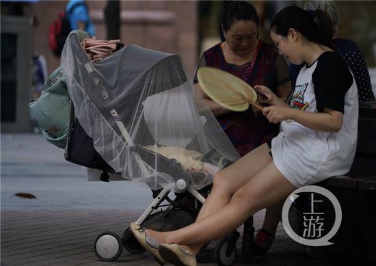 重庆主城艳阳高照 街头避日防暑各有招