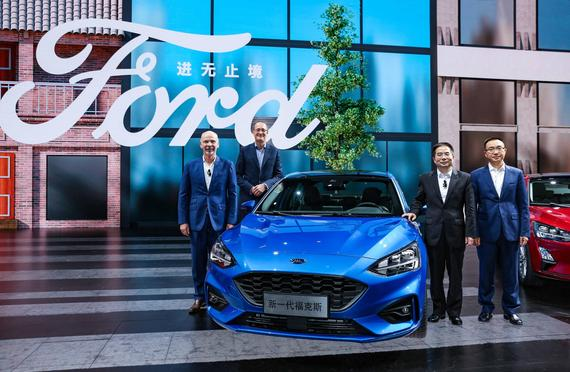 出席此次发布会活动的福特与长安福特高层共庆新一代福克斯与新福睿斯振奋人心的首秀。