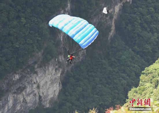 重庆举办世界低空跳伞大赛 撑伞时间仅3秒