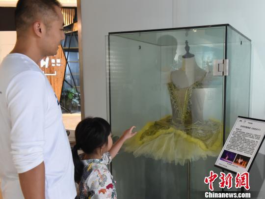 重庆举办芭蕾文化展 芭蕾舞衣吸引眼球