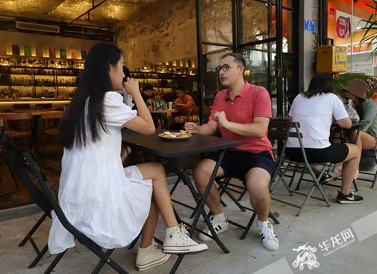 主持人现场试吃特色菜品。华龙网-新重庆客户端记者 张雅萍 摄