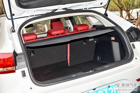 后备厢空间受溜背设计影响,不算特别充裕,但日常使用足以