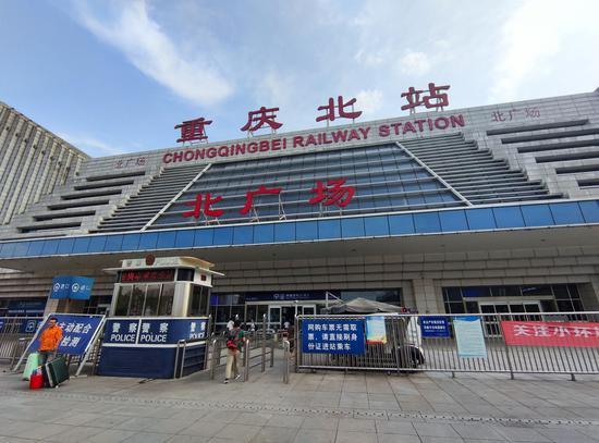 实拍高温下的重庆北站:地表温度达到51℃