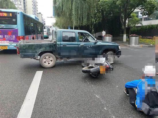 双凤大队快速处置一起分心开车伤人的交通事故。渝北区交巡警支队供图