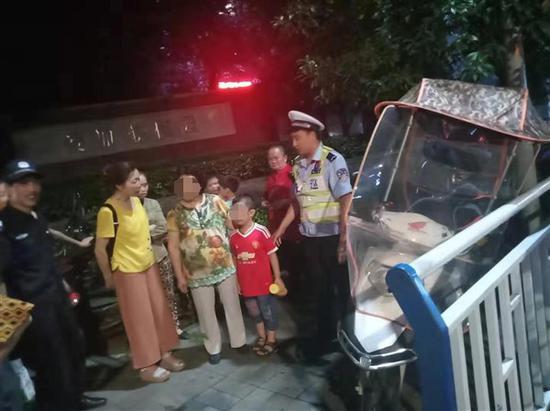 双龙大队辅警帮助走失儿童成功找到家人。渝北区交巡警支队供图