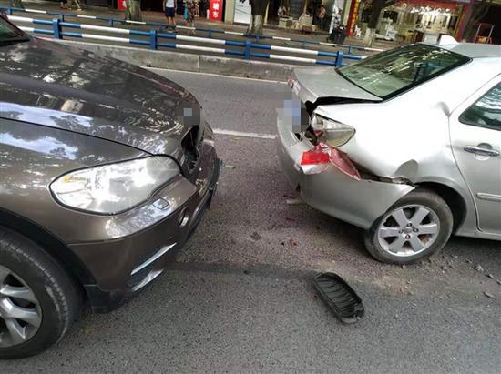 双龙大队民警依法处理一起分心驾驶造成的追尾事故
