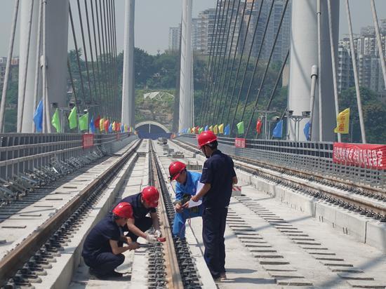 工程人员在高家花园轨道专用桥进行作业