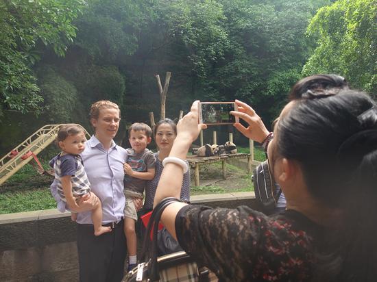 加拿大驻重庆总领事馆总领事戴杰豪与家人