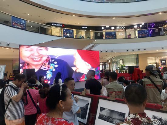 启动仪式现场吸引了众多围观市民