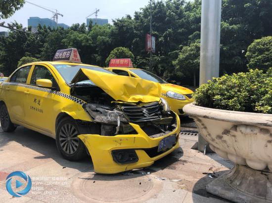 出租车为避撞前车猛撞向路边 车头稀烂