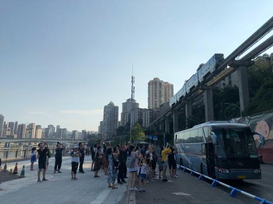 网红重庆实力宠粉!李子坝观景平台开放