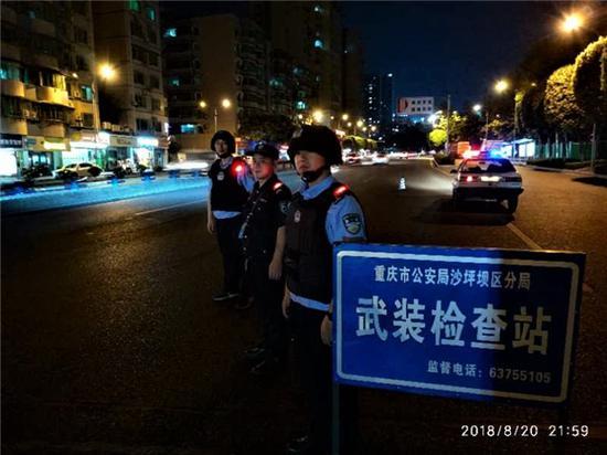 在重点道路设置武装卡点盘查过往车辆。沙坪坝警方供图 华龙网发