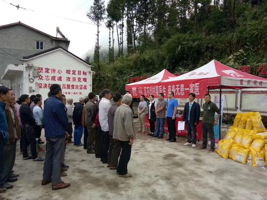 """下栈村村民正在排队等待""""一家医""""健康终端远程问诊"""