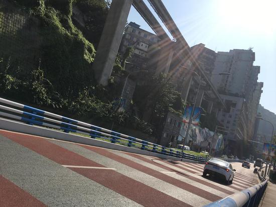 """好美!重庆""""轻轨穿楼""""打卡点新增彩色路面"""
