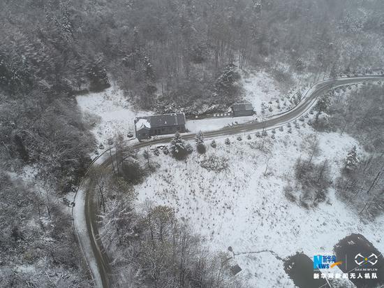 立冬日航拍重庆梨子坪飞雪 秋山变雪林