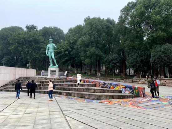 """巨型""""大卫""""雕像亮相重庆 引发市民拍照围观"""