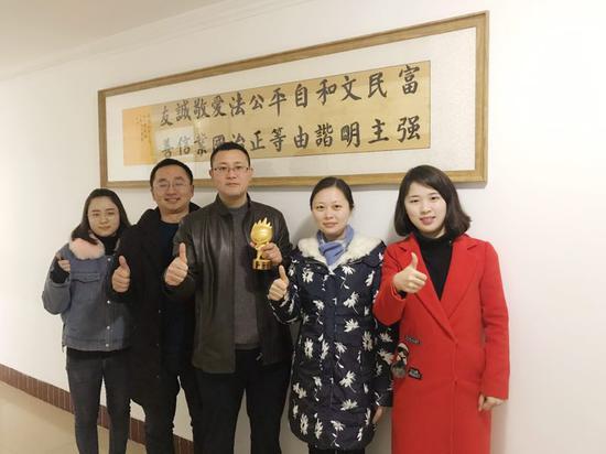 图为丰都县委宣传部代表领奖合影