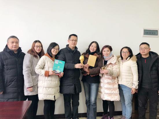 图为江津区旅发委代表领奖合影