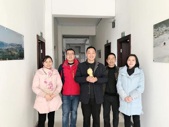 图为 綦江区旅游局代表领奖合影