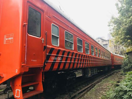 重庆又现最新网红打卡点 游客铁轨间拍照留念