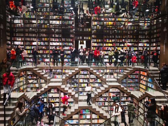 """8D""""魔幻""""风格网红书店亮相重庆 到处都是人从众"""