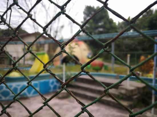 重庆印象:消失的游乐园 破旧不堪杂草丛生