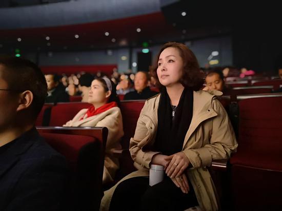 谭小红老师认真观看学员演出