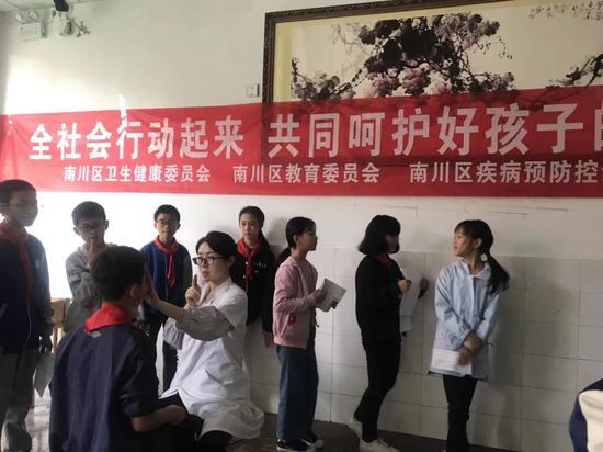 李中明医生为孩子们做眼部检查