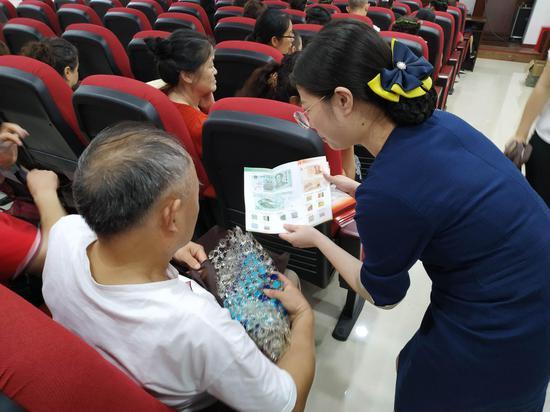 图为恒丰银行重庆两江支行员工为社区居民讲解金融知识