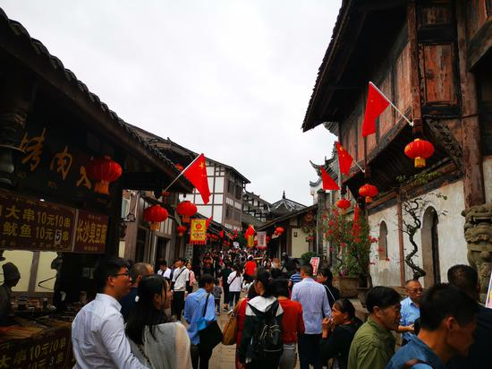 国庆长假重庆景区持续火爆 大红灯笼装扮老街吸睛