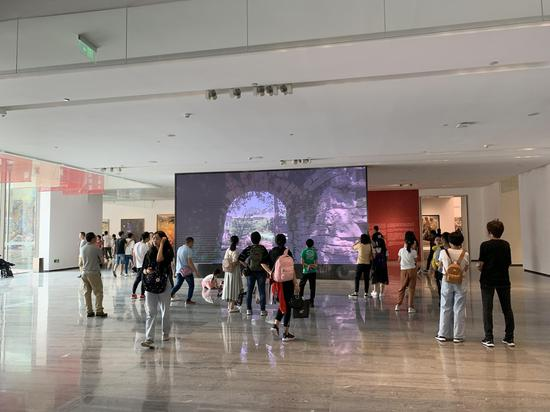 艺术盛宴!全国美展油画作品展吸引重庆市民参观