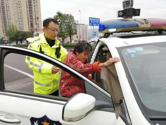 保税港区大队民警暖心救助一位迷路老人。渝北区交巡警支队供图