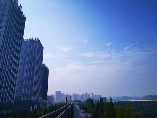 """主城迎秋日暖阳 天空出现久违的""""重庆蓝""""(图)"""