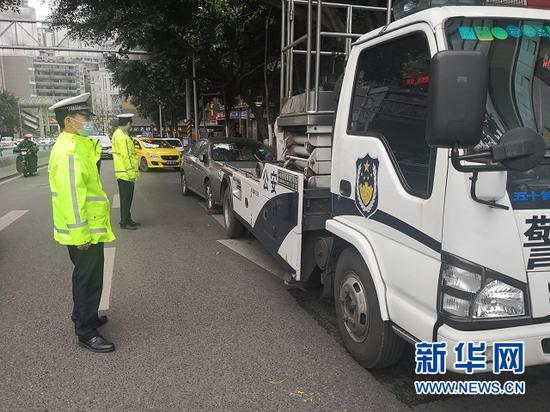 渝中区交巡警整治违法停车。新华网发 渝中区交巡警供图